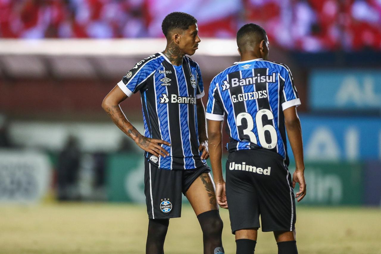 Com gol de falta de Jean Pyerre, Grêmio vence e mantém invencibilidade em clássicos e no segundo turno do campeonato.