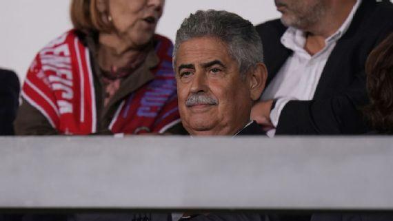 Presidente do Benfica vem ao Brasil por zagueiro do Santos