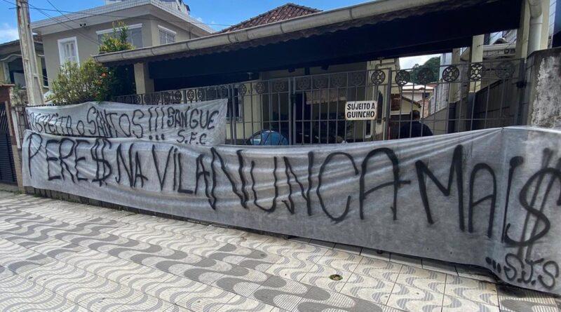 Faixas na Vila Belmiro a favor do impeachment de Peres