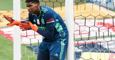 Flamengo encaminha renovação de Hugo Souza
