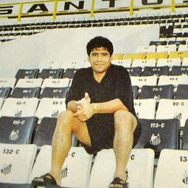 Maradona sentado nas arquibancadas da Vila.